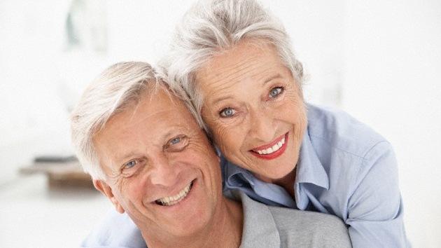 Científicos identifican el gen que causa las canas. Fot de una pareja con el pelo blanco