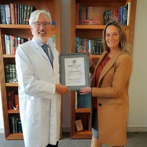 La Directora de Ventas de Top Doctors Raquel Solano hace entrega en Barcelona el Premio Top Doctors Awards 2018 al Dr. Antonio de Lacy