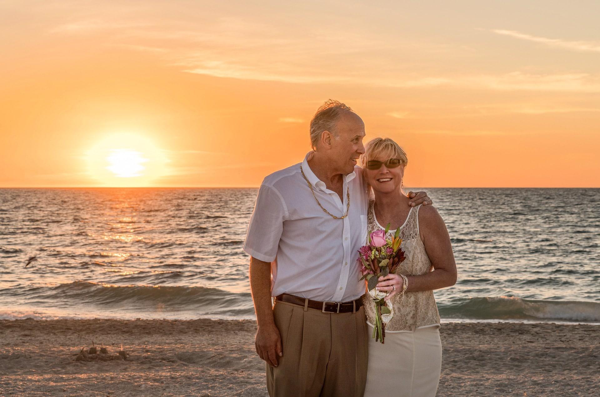 Salud de adultos y seniors. Pareja en la playa